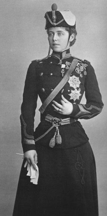 Regina Maria 2 - 1917, în uniformă de ofiţer de roşiori