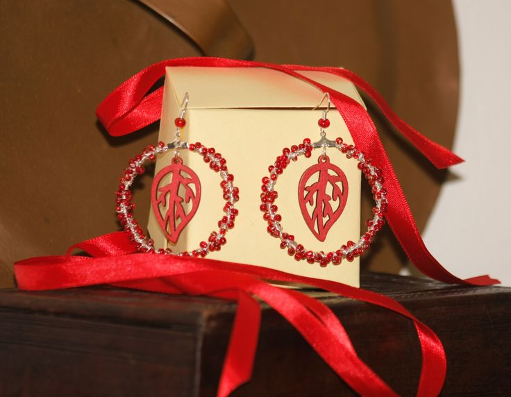 Wooden collection part 1: Christmas version First pair of earrings with wooden parts. Christmas version in red.