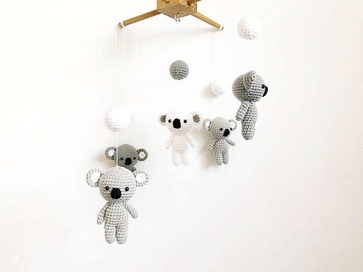 Bebé móvil - lindo Koala ganchillo bebé móvil, móvil de cuna, decoración infantil, regalo del bebé, móvil hecha a mano del bebé, bebé del pesebre movil Amigurumi de IvoryTreeHouse en Etsy https://www.etsy.com/mx/listing/266926667/bebe-movil-lindo-koala-ganchillo-bebe