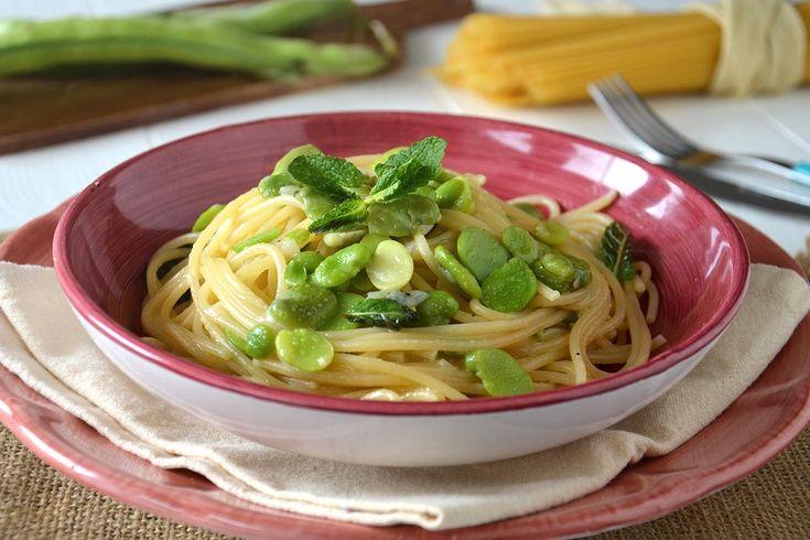 La pasta con le fave è una ricetta con fave fresche, da poter fare proprio in questo periodo. Il procedimento è molto semplice anche se c'è una