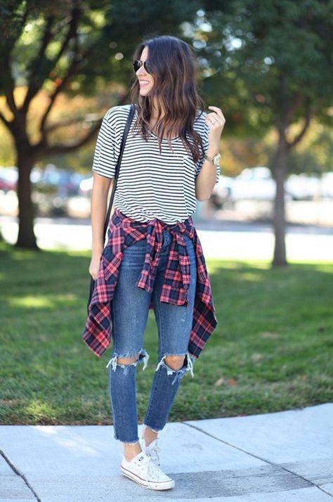 Camiseta listrada, camisa xadrez e jeans