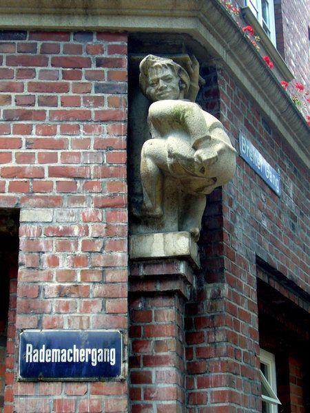 Mors Mors!!! Diese Skulptur befindet sich am Memel-Haus (Ecke Rademachergang/Breiter Gang). Dort streckt ein Junge dem Hummel-Brunnen sein Hinterteil zu.