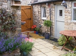 56 best images about courtyard gardens on pinterest for Very small courtyard gardens