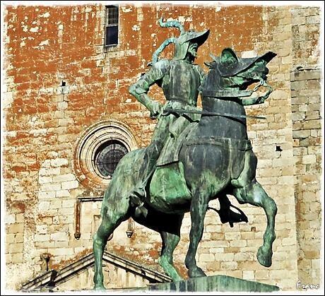 @mf_franc nos facilita esta hermosa fotografía de Pizarro con la Iglesia de San Martín de Tours al fondo.