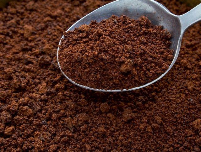 Bij vervelende geuren in de koelkast kun je het beste een glas met (nog niet gezette) koffie neerzetten. #tip Meer tips? www.hulpstudent.nl