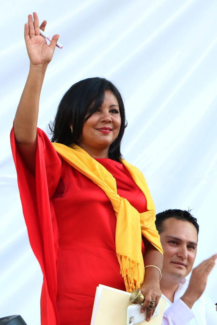 麻薬犯罪の一掃誓った市長、就任翌日に殺害 メキシコ  メキシコ・テミスコ市で1日に新たに就任したギセラ・モタ市長(33)が、翌日に武装集団に殺害された。同市は犯罪組織による麻薬取引や誘拐事件が頻発しており、女性市長のモタ氏はその一掃を誓っていた。  AP通信などによると、同市は首都メキシコ市から約90キロ離れ、人口約10万人。モタ氏は就任翌日、数人の武装した男たちに自宅を襲われ、銃撃を受けて死亡した。警察の追跡により、容疑者のうち2人が殺され、3人が拘束された。  モタ氏は中道左派の元国会議員。テミスコ市があるモレロス州のグラコ・ラミレス知事は、事件は犯罪組織による犯行だと指摘し、「刑罰は免れられないだろう」と述べた。  (朝日新聞デジタル 2016年1月3日21時40分)