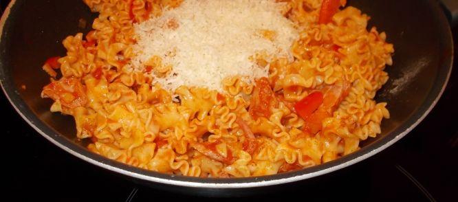 Pittige Paprika-tomaten Pasta Met Kipfilet, Honing En Manchego recept | Smulweb.nl