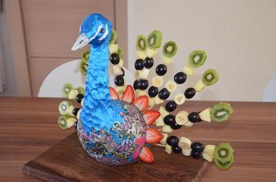 Bekijk de foto van athilla met als titel pauw gemaakt uit kippenhaas, en als staart fruit brochettes  en andere inspirerende plaatjes op Welke.nl.