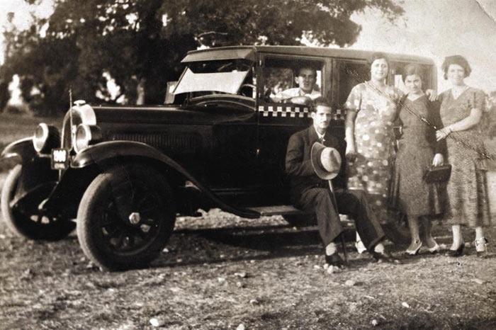KASIM 1931 (Damalı dolmuşlar). Ülkemizde ilk dolmuşlar, İstanbul'da 1930'ların başında ortaya çıktı.  Taksi şoförü Civan Ali'nin önderliğinde başlayan uygulamada ilk hatlar, Taksim-Karaköy, Şişli-Pangaltı,  Fatih-Beyazıt, Sirkeci-Karaköy'dü. 1931'de araçlara sarı-siyah damalar çizildi.