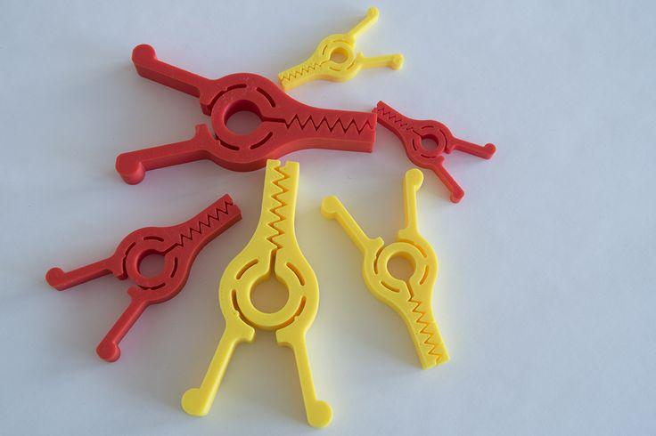 Klipsy třeba na sáček s chipsy, tiskárna Rebel 2Z, tryska 0,4 mm, výška vrstvy 0,3 mm, materiál červené a tmavě žluté PLA.