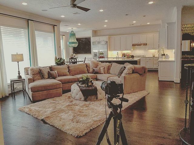 The last house being photographed for 2017. Onto the new year! Cell phone snap.  #realestatephotography #yearinreview #photographer #photos #realestate #realestateagent #houstontx #houston #htx #interiordesign #instagood #meyerland #luxuryhomes #interiors #staging - posted by  https://www.instagram.com/simply.visionary - See more Luxury Real Estate photos from Local Realtors at https://LocalRealtors.com/stream