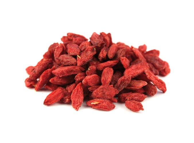 Jagody Goji Suszone jagody Goji sprowadzane są do naszego kraju głównie Chin. W środkowej Azji znane są od wieku jako nieocenione źródło witaminy C oraz między innymi wapnia i żelaza. Pomagają w redukcji otyłości. Można je spożywać w postaci naparu zaparzane wrzątkiem, jako dodatek do herbat oraz na jako przekąski.