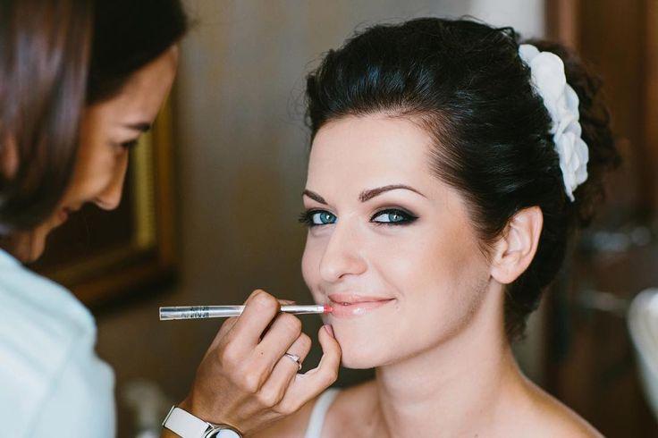 """Несколько важных замечаний о свадебном макияже���� ��Тональный крем должен максимально совпадать с естественным тоном кожи. Крем выровняет кожу лица на фотографиях, а пудра сделает ваше лицо матовым.  Нанесите румяна, улыбаясь. Так вы сделаете свое лицо более """"счастливым"""". ��Выбирайте тени, которые """"не сольются"""" с цветом ваших глаз. Можете поэксперементировать и нанести тени контрастных оттенков. Не утежеляйте глаза — свадебный макияж должен быть максимально естественным и свежим…"""