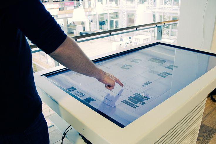 Gå på opdagelse i tematiserede stakke af bøger, videoer og billeder med et formidlingsbord. En intuitiv og inspirerende indgang til bøgernes verden åbner sig, og giver en visuelpræsentation af litteraturens univers med dette multitouch-bord. Formidlingsbordets dragende design tiltrækker brugerne og giver dem dybde og perspektiv i deres søgninger. Det sker gennem interaktion og visning af bogforsider, billeder, video og tekst om materialerne.  Se formidlingsbordet i brug