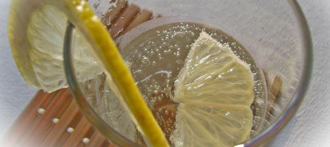 Домашний лимонад ==========================  Натуральный, из свежих лимонов домашний лимонад на питьевой и газированной воде - простой и быстрый рецепт.