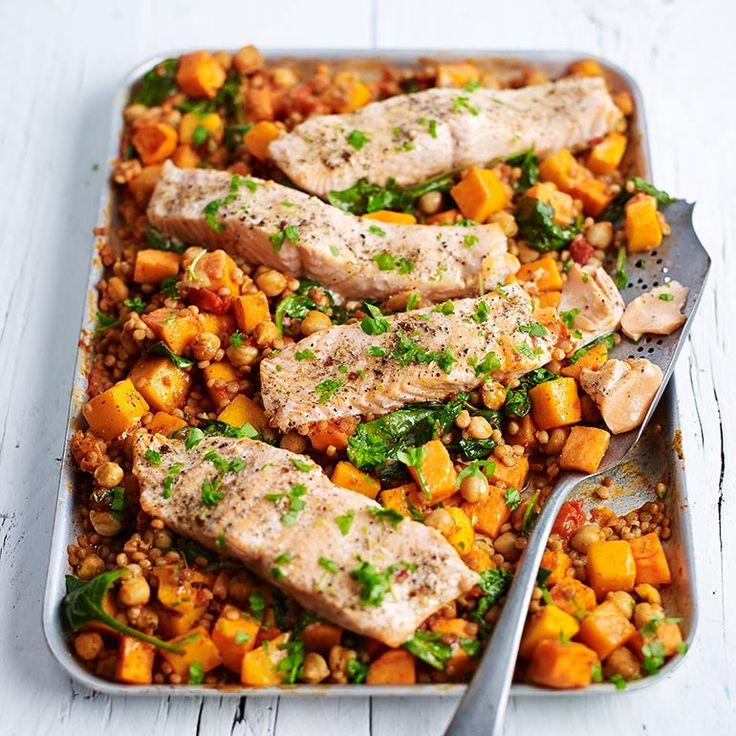 1 Doe de couscous in eengrote pan kokend water enkook de korrels in 8 minutennet gaar. Laat uitlekken enzet apart.    2 Verwarm de oven voor op200 °C. Verdeel de blokjespompoen over een groteondiepe braadslee....