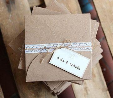 Una scelta per impreziosire il vostro invito di matrimonio, per chi preferisce alla busta una confezione originale e di stile. Essendo quasi
