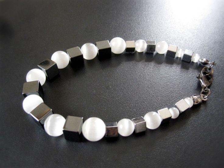 Bracelet cube d'hematite et opale blanche de la boutique TheAsaliahShop sur Etsy