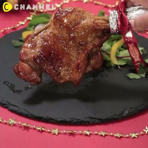 -1 miếng đùi gà góc tư  -15ml dầu ăn  -15g đường  -15ml rượu sake hoặc rượu trắng  -15ml xì dầu  -Tỏi băm Xẻ dọc phần thịt trên của miếng đùi rồi dùng dĩa xiên đều để thịt dễ ngấm gia vị. Áp chảo mỗi mặt của đùi gà với dầu ăn trong 5 phút (hai mặt 10 phút). Bạn đậy nắp lại để thịt được chín đều cả trong và ngoài nhé. Trộn sốt cho gà gồm đường, rượu, xì dầu và tỏi băm với nhau rồi trút lên miếng gà đang áp chảo. Lật trở đùi gà để sốt áo đều và để trên bếp thêm 5 phút nữa.