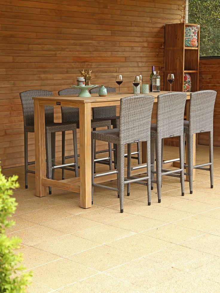 Hoge tuintafel met hoge stoelen onder houten veranda in de tuin