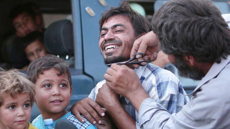 En mand fejrer befrielsen fra Islamisk Stat med at få klippet sit skæg af.