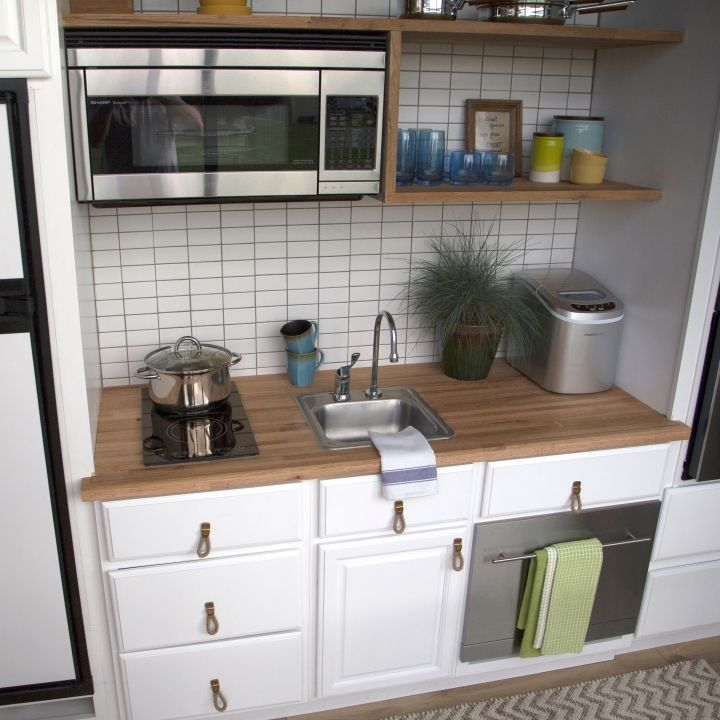 This inspiring tiny kitchen has plenty of storage and everything you need  is such a small space.