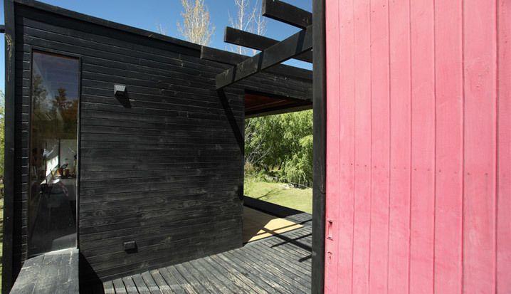 Блок спален отделен от жилого блока дома небольшой террасой.  (современный дом,пляжный дом,архитектура,дизайн,экстерьер,интерьер,дизайн интерьера,мебель,на открытом воздухе,патио,балкон,терраса) .