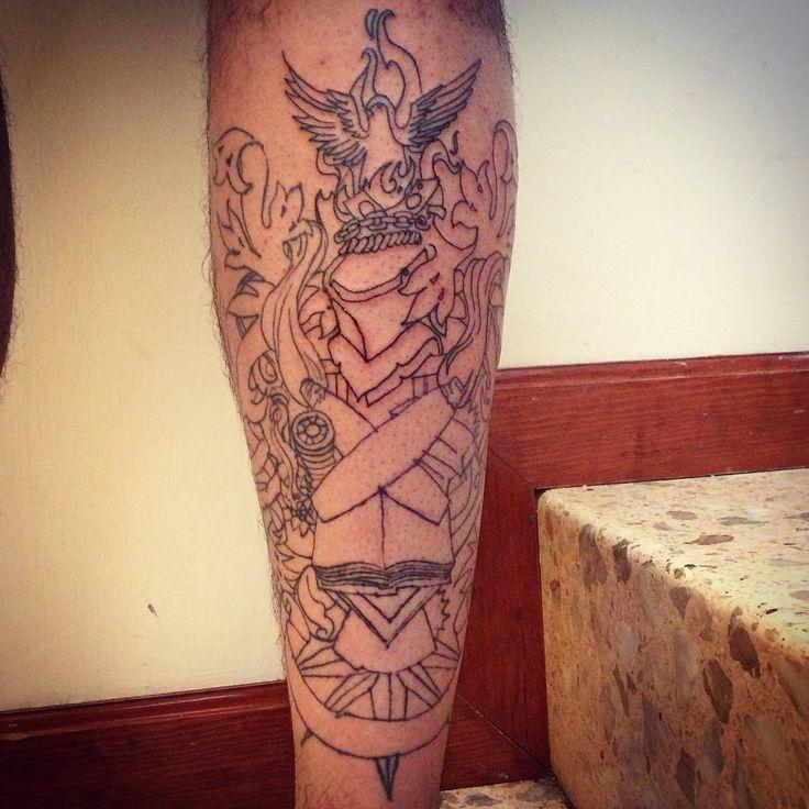 Tatuaje estilo vieja escuela que refleja el renacimiento del ave fénix al consumir los vicios con su fuego.