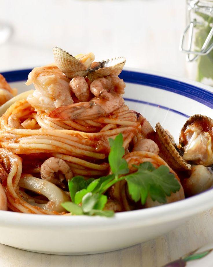 Een erg luxueuse pasta met veel zeevruchten en vis, met daarbij een pittige marinarasaus op basis van tomaten. Je waant je op een terrasje aan zee in Italië