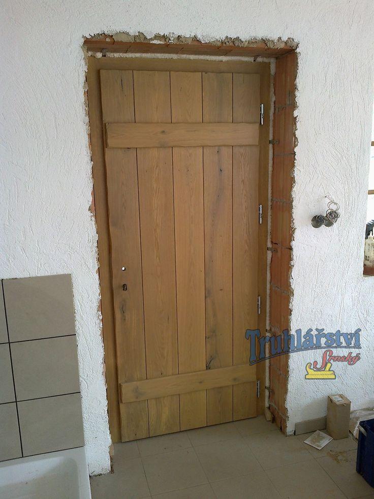 Dveře vchodové, jednokřídlé prknové, rámová zárubeň, dubové, svlakované, tesané a drásané, nátěr lazurou