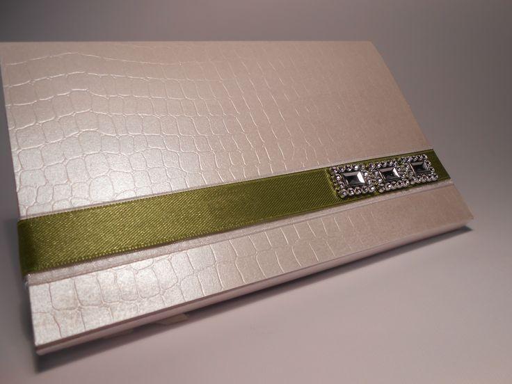 Partecipazione matrimonio modello pochette realizzata in carta speciale martellata da un effetto tipo borsa
