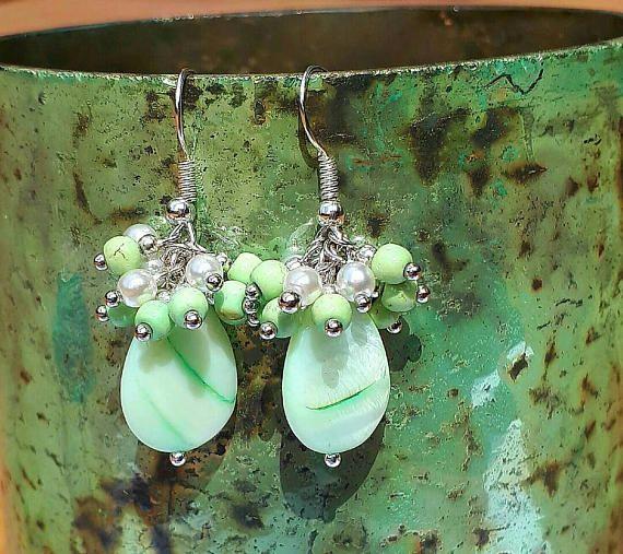 Bekijk dit items in mijn Etsy shop https://www.etsy.com/nl/listing/530007557/prachtige-groen-witte-cluster-oorbellen