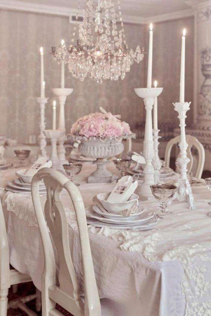meubles shabby chic, lustre à pampilles et décoration avec bougeoirs