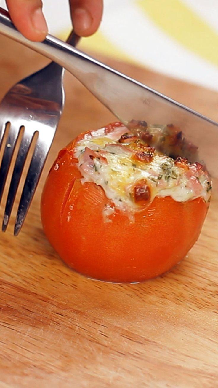 Que tal fazer esses deliciosos tomates recheados com presunto e queijo para o jantar?