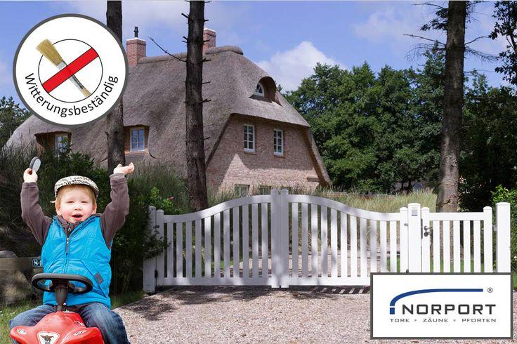 Elektrisches Hoftor mit Pforte. AUTOPORT Toranlage von NORPORT im Friesendesign, Linie 6, RAL 9010, weiß