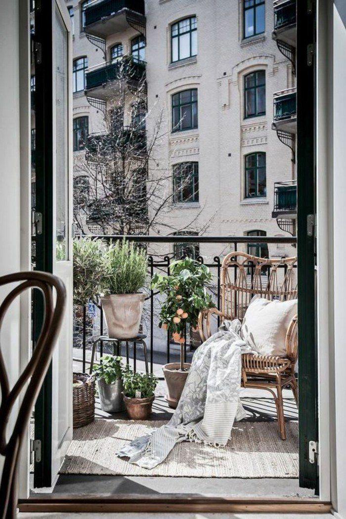 amenagement-balcon-espace-limité-pot-a-fleur-plantes-vertes-couverture-de-lit-a-franges