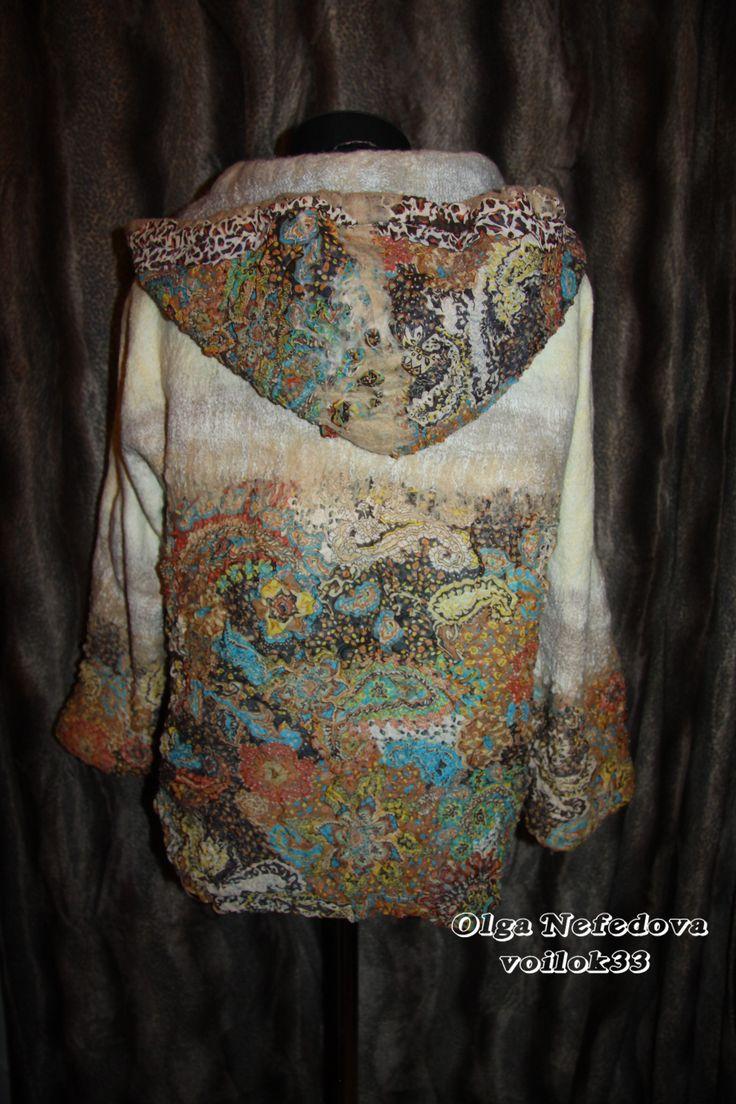 """Спортивная куртка с капюшоном """"Вдохновение"""" (Авторский войлок Ольги Нефедовой www.voilok33.ru)  Выполнялась из натуральных материалов - шерсть, шелк, хлопок, декоративные волокна. Плавные переходы цвета от светлого однотонного к более насыщенному цветному. Очень теплая и удобная, незаменима в любое время года. Капюшон всегда выручит в прохладную погоду. Застегивается на молнию. Размер 52-54."""
