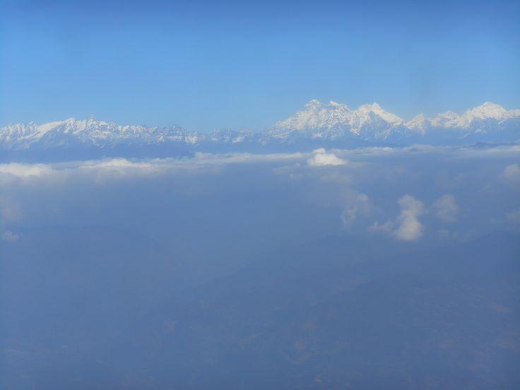 Zicht vanuit het vliegtuig op de grote bergkam van de Himalaya