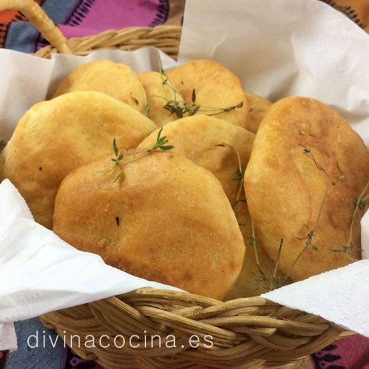 Estas tortas de pan y aceite son perfectas para acompañar quesos y chacinas, o para cualquier mesa de fiesta. La masa se puede aromatizar con cualquier hierba aromárica fresca que te guste, romero, tomillo. orégano...