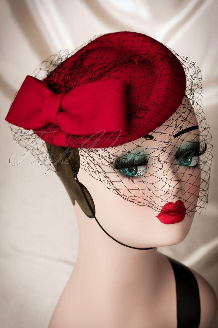 De 50s Lucy Bow Hat in Red Woolvan Collectif Clothing is een elegant hoedje, de zogenaamde 'pill box', dat enorm populair is geworden door Jackie Kennedy en nog steeds zeer geliefd is!''Any woman would be thrilled to receive a beautiful hat'' en daar gaan wij een handje bij helpen! ;-) Dit prachtige elegante hoedje heeft een schattige rode strik op de zijkant en een mysterieuze zwarte sluier. Uitgevoerd in rode wol en voorzien van een zwart elastiek bandje dat je in/achter je haar kunt...