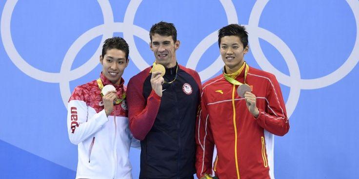 Perenang putra Amerika Serikat (AS), Michael Phelps (tengah), berfoto bersama peraih medali nomor 200 meter gaya ganti perorangan lainnya, Kosuke Hagino (Jepang, kiri) dan Wang Shun (China, kanan) di atas podium juara Olimpiade Rio di Olympic Aquatics Stadium, Rio de Janeiro, Brasil, Jumat (12/8/2016).