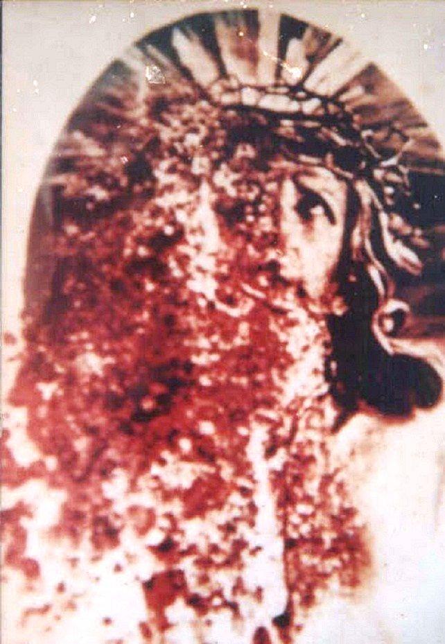 MILAGRE EUCARÍSTICO FOTOGRAFADO EM KUMASI, GHANA, ÁFRICA ORIENTAL - 1990. - Um protestante viu como idolatria o que acontece durante a procissão de Corpus Christi. Este homem tirou fotografias do ostensório e quando recebeu as cópias, mostraram-lhe os seus negativos e ELE viu que realmente continha esta imagem do Nosso Senhor sangrando. O Infeliz desmaiou e ao acordar passou a confessar o que realmente aconteceu e dai o Estúdio começou a revelar e a espalhar essa imagem maravilhosa pelo…