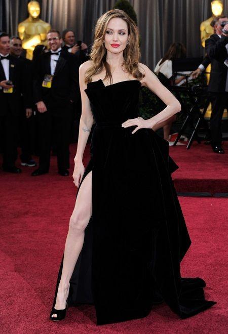 Анджелина Джоли в бархатном платье