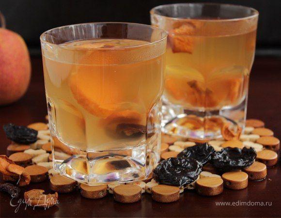 Яблочный взвар с черносливом  Ароматный витаминный напиток с сухофруктами и ягодами, подслащенный медом. По желанию можно добавить корицу и гвоздику для более насыщенного вкуса. #готовимдома #едимдома #кулинария #домашняяеда #взвар #яблочный #чернослив #ягоды #фрукты #напитки #зимние #согревающий #витаминный #вкусно #завтрак #утро #полезно