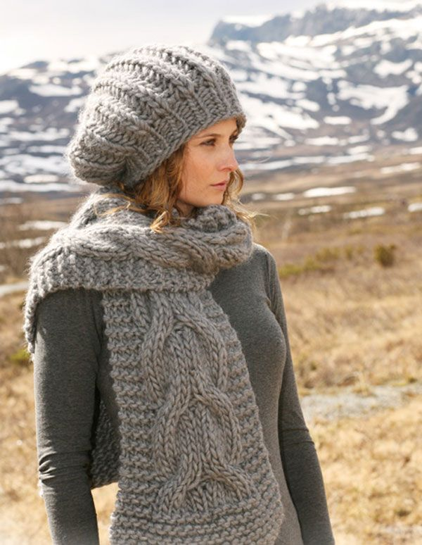 Длинный вязаные шарф, пожалуй, неоспоримый лидер осенне-зимнего сезона: теплый, удобный, стильные и красивый! Вязаный шарфы лучше всего носить в комплекте с шапкой, чтобы смотрелось гармонично. Предлагаем вам связать из толстой пряжи роскошный комплект от студии Drops Design на спицах косами для тех, кто любит выглядеть смело и модно.