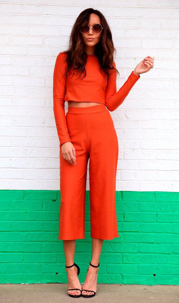 Street style look com cropped top e calça culotte.