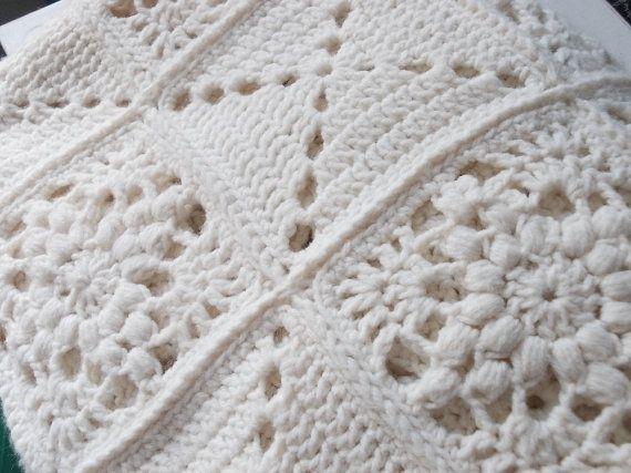 Handgemachte Creme weißen Oma quadratische Decke, Vintage Afghan, werfen oder einzelne Größe Bettdecke. Schöne feste Farbe Garn, häkeln Blöcke. Moderne rustikale Einrichtung.  Ich bin positiv in der Liebe mit dieser Decke, so viel, so dass ich für meine eigene eine identische gehalten habe. Eine schöne ältere Frau, die, der ich mit vertraut bin, ist downsizing und Abschied mit einige ihrer schön gemacht und gepflegt praktisch-arbeiten aus den 1960er Jahren bis in die 80er Jahre.  Dieses…