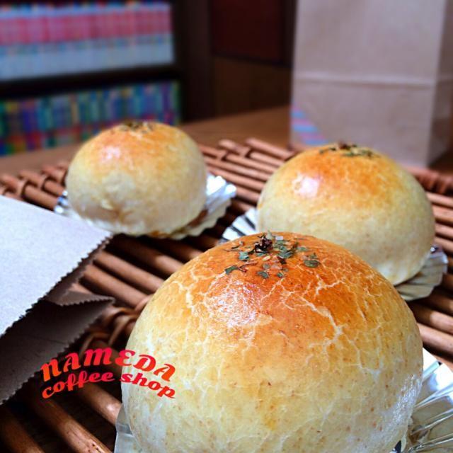 なにやらウキウキしてる七海さんは、ツマミになるお惣菜パンを焼きーのʕ-̼͡-ʔ 相変わらず割りショットは無いけど、 たまねぎ、ピマーンをソッテー、ピザソースであえてツナとチーズをインʕ-̼͡-ʔはひー。うんまそーʕ-̼͡-ʔ テケトーすぎて一次発酵不調でしたが焼き入れしたらなんとかʕ-̼͡-ʔ - 72件のもぐもぐ - ナメダ珈琲店☕️テイクアウトʕ-̼͡-ʔツナとチーズとろりんちょピザ風詰め物全粒粉やっつけパンʕ-̼͡-ʔ(ハゲパン) by nami toyoda(七海)