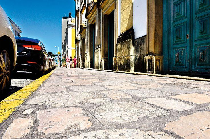 As calçadas além de serem bem importantes para o transporte funcionam como um medidor de urbanização de um local. Alguns pensadores afirmam que se pode medir o nível de civilização de um povo pela qualidade das calçadas de suas cidades. E há quem diga que as calçadas são melhor indicador de desenvolvimento humano do que o próprio IDH. O que vocês acham?