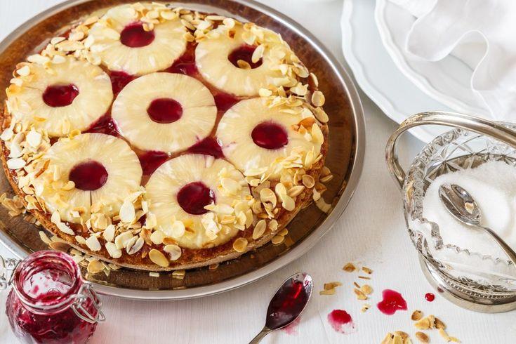 Nadýchaný ananasový koláč bez mouky! K porcování ananasu si vezměte na pomoc speciální kráječ a úhledné plátky budete mít během chvilky.